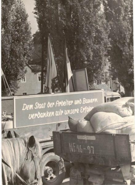 Erstes Brot aus der Ernte 1954, LPG Frauenprießnitz
