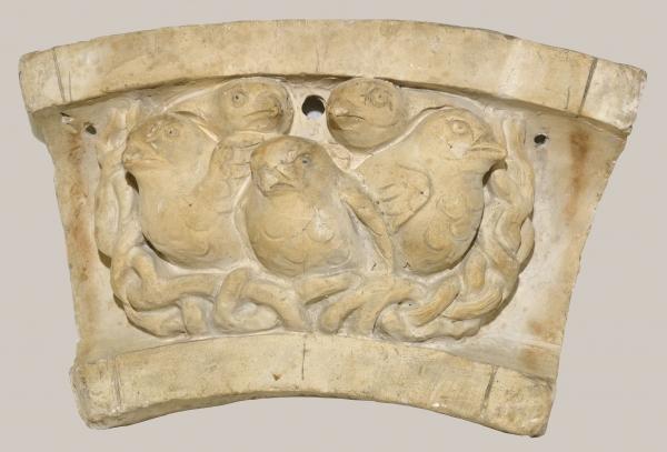 2018/60_Bogenförmiges Relief mit Vögeln im Nest