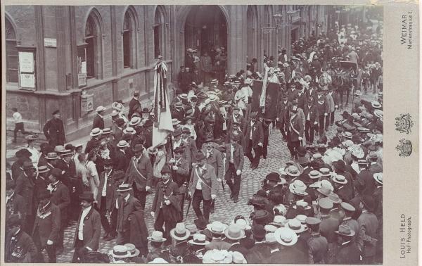 Büchsenschützenumzug in Weimar, vor dem Rathaus